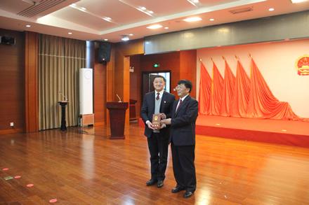 李华松向被任命的国家机关工作人员颁发任命书