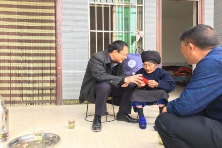 董兴国春节前慰问百岁老人
