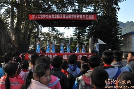 11月29日,市人大常委会法制宣传教育活动深入孟定镇河外村,开展法律